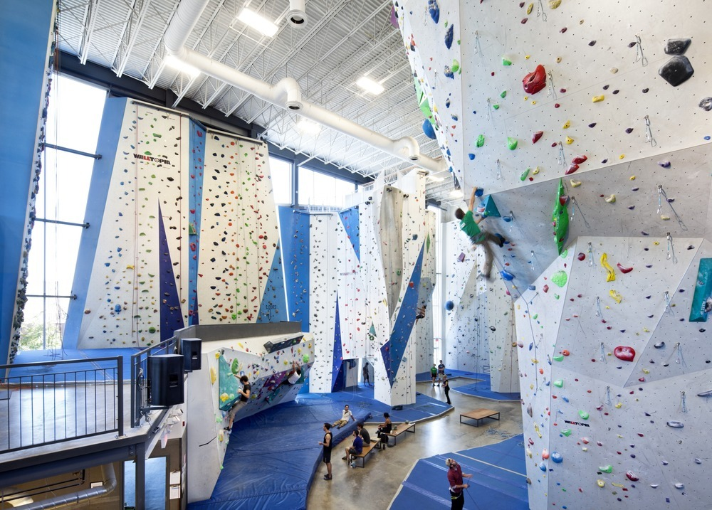 53022e34e8e44e46fa000016_allez-up-rock-climbing-gym-smith-vigeant-architectes_1117-01_05_sc_v2com