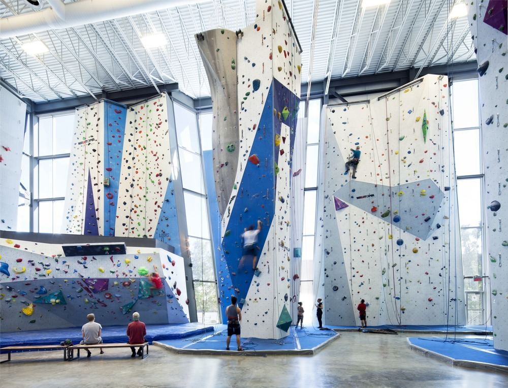 53022e3ae8e44e46fa000017_allez-up-rock-climbing-gym-smith-vigeant-architectes_1117-01_06_sc_v2com