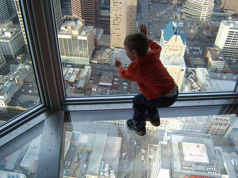800px-a_leaning_childs_view_through_a_skyscrapers_window_and_glass_floor