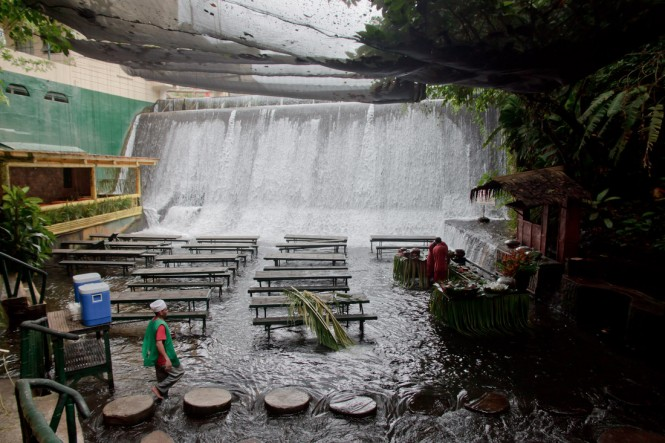 Villa-Escudero-Restaurant-in-river-665x443